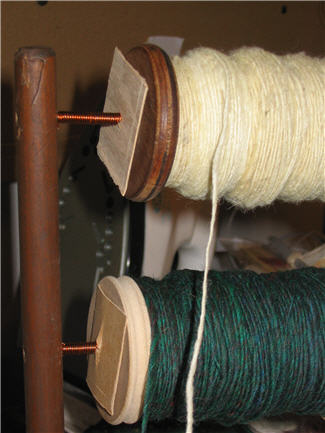 Deux bobines de laine sur un cantre - Two spools of woll on a lazy kate