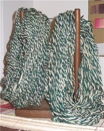 Deux écheveaux de laine verte et crème - 2 skeins of wool, green and ecru